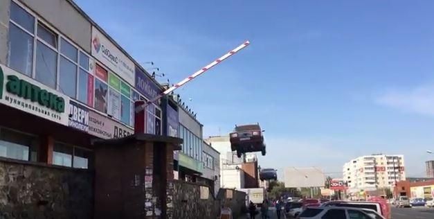 Шлагбаум в небе: новосибирец сделал ролик с летающими на Кропоткина «Жигулями»