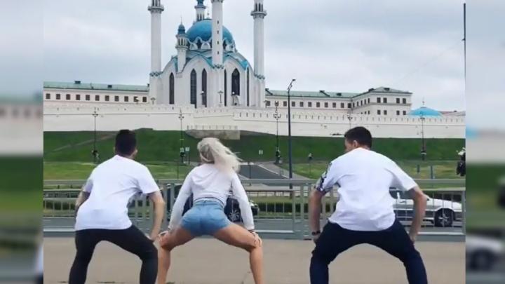 Посмотрели 700 тысяч раз: тверк челябинки на фоне главной мечети Казани вызвал скандал