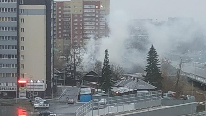 На Смоленской вспыхнул деревянный дом. Огонь тушили три отделения пожарных