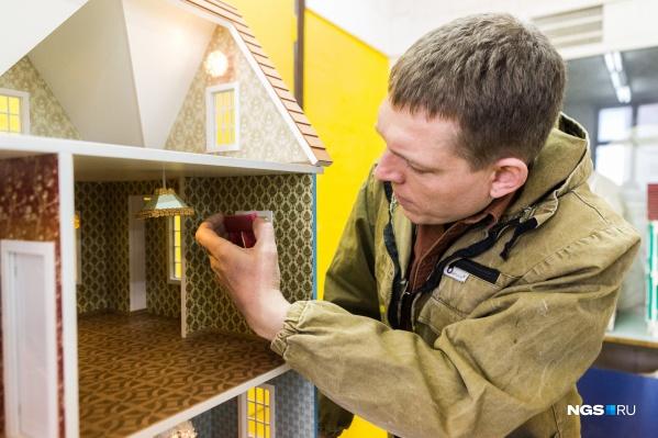 Игорь Тартышев разрабатывает свои модели домов и копирует работы западных мастеров, добавляя свои элементы