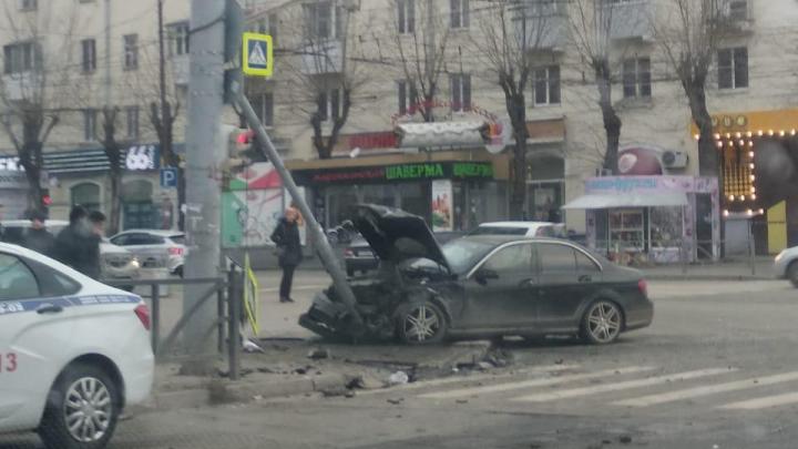 У Южного автовокзалаMercedes столкнулся с Renault, снес столб и вылетел на тротуар