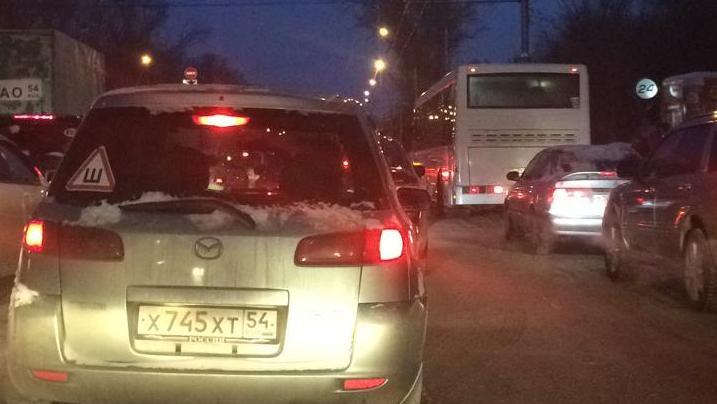 «Стоим без движения»: новосибирцы опаздывают на работу из-за глухой пробки на Сибиряков-Гвардейцев