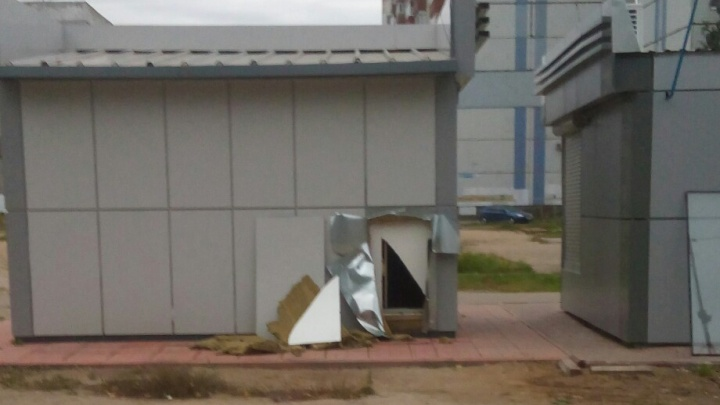 «Кто-то сильно хотел кушать»: в Брагино в новом ларьке сделали дыру
