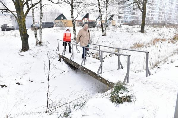 Мост теперь с перилами. Стало удобно, говорят
