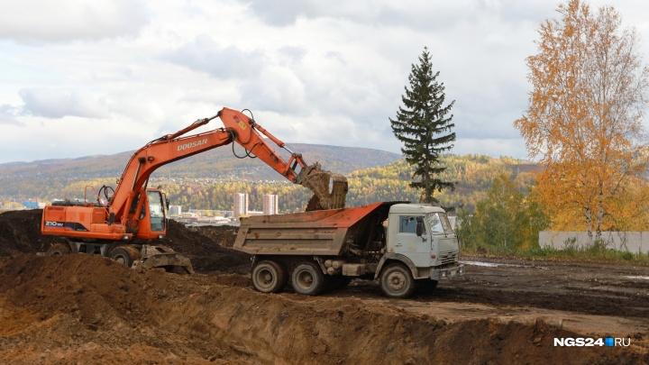 Водителя экскаватора оштрафовали на 2 тысячи за выезд на Свердловскую с грязными колесами
