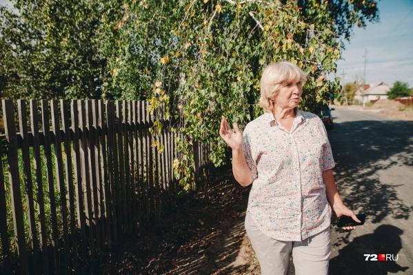 Клавдия Плеханова лишь в середине июля узнала, что ее многолетний забор стоит на два метра ближе к дороге, чем должен