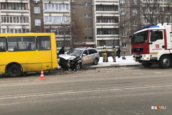 Пьяный водитель въехал на большой скорости в автобус