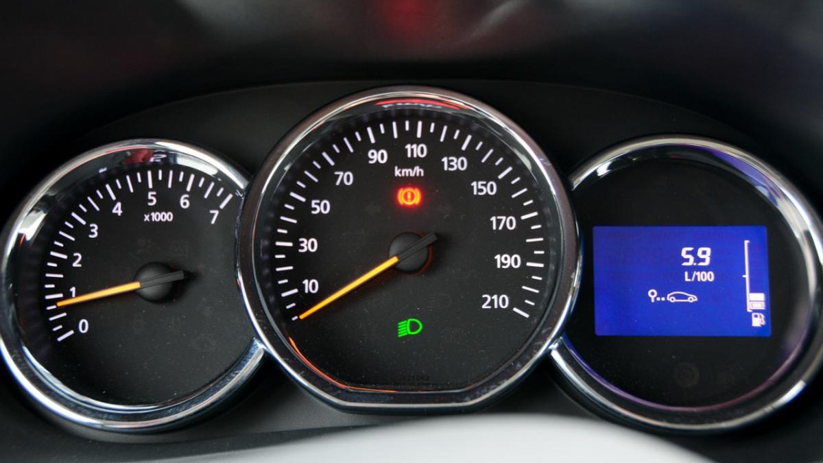 Стандартные для Renault приборы. Расход получен в поездке между городами