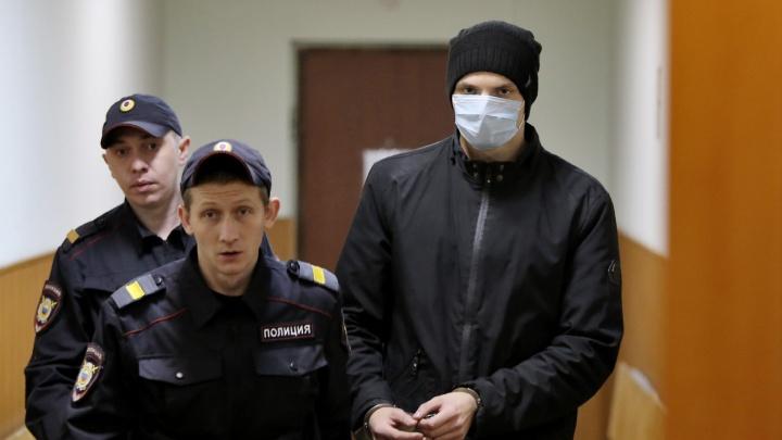 Руки в ссадинах, мизинец забинтован: челябинского школьника арестовали по делу об убийстве сестры