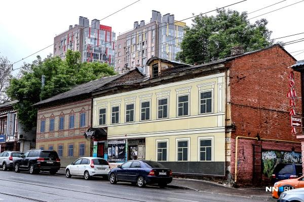 Дома № 95 и № 97 по Ильинской тоже примерили фальшфасады