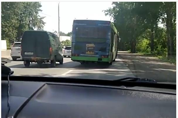 Валит боком: сибиряк снял на видео дрифтующий автобус на Бердском шоссе
