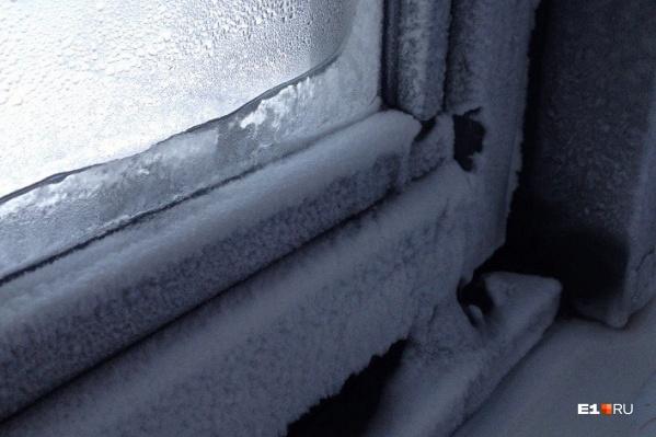 Вот так мерзли окна в одной из городских новостроек при 20-градусных холодах