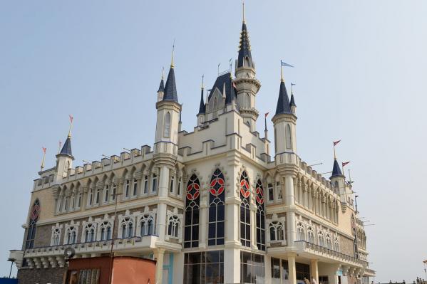 Курганцы называют строящееся здание дворцом или замком