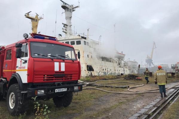 Пожар на корабле удалось локализовать за два часа