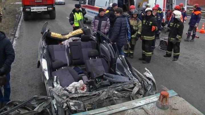 Спасатели сняли на видео, как доставали раненого водителя после ДТП у Объездной
