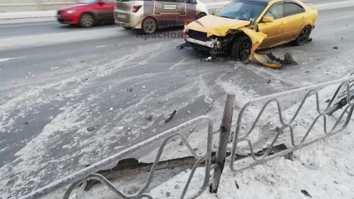 «Псевдоспортивная тачка» и ледяной накат: легковушка снесла забор на Дубровинского