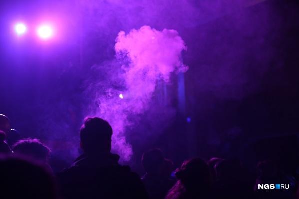 Такие вечеринки действительно были популярны в Новосибирске — на них ходили люди разных возрастов и профессий. Это фото сделано на одной из вечеринок, которая прошла осенью 2019 года