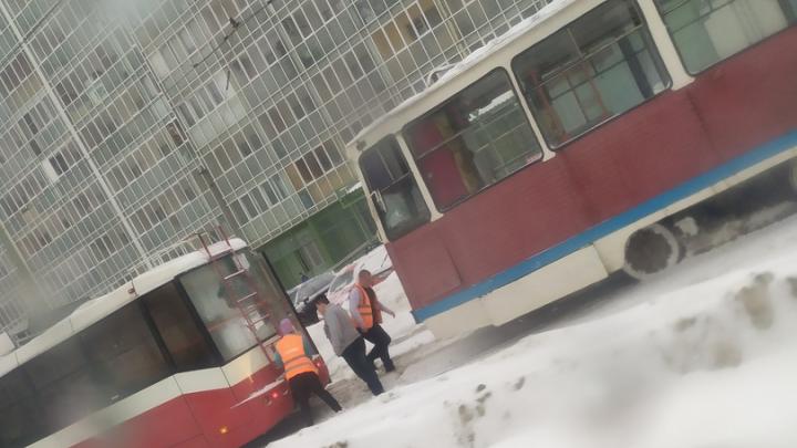 Возле ЗАГСа на Троллейной трамвай сошёл с рельсов