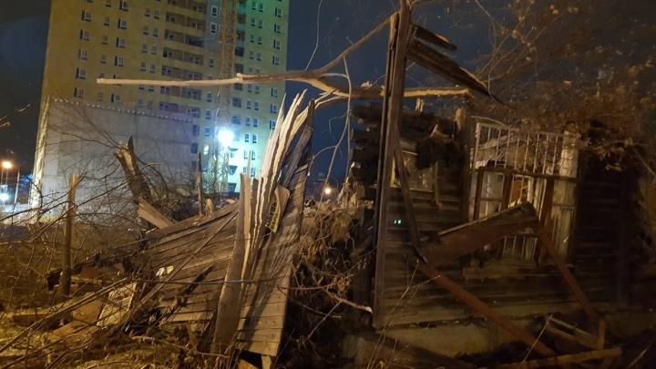 «В ближайшее время снесем еще один»: у ТЦ «Парк Хаус» разрушили два двухэтажных дома
