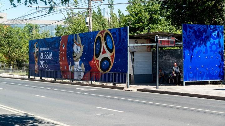 На проспекте Жукова в Волгограде остановку с людьми спрятали за глухим забором-баннером