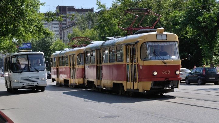 В Екатеринбурге закрыли движение трамваев на Керамику и Вторчермет