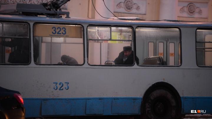 В Екатеринбурге на неделю отменили три троллейбусных маршрута из-за ремонта тепломагистрали
