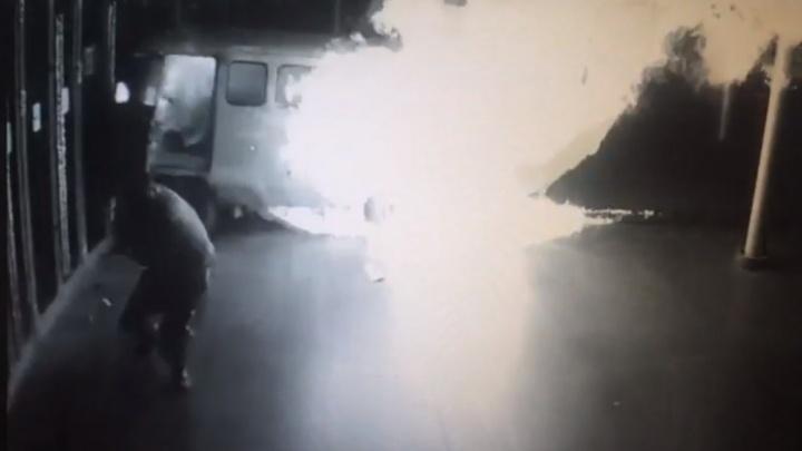 """Пара секунд - и начался пожар: появилось видео, как УАЗик с газовыми баллонами протаранил """"Космос"""""""