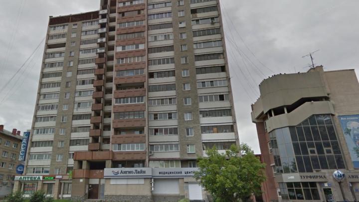 Молодой человек разбился насмерть, выпав из окна 16-этажного дома на Большакова