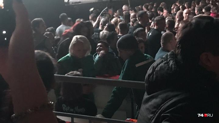 На концерте «Би-2» в Челябинске две поклонницы упали в обморок