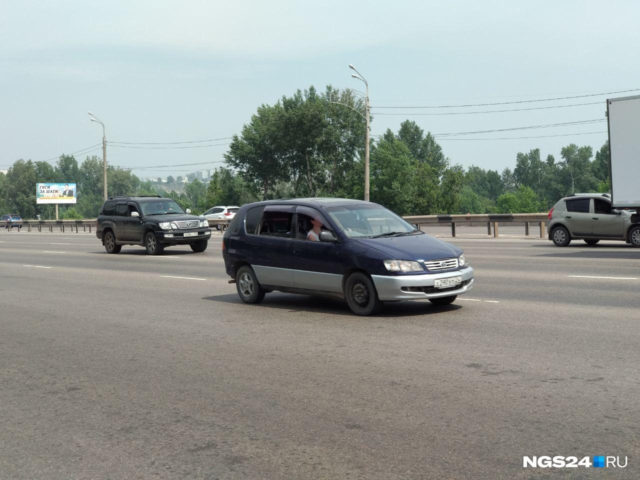 На дорогах сразу видно, у кого в машине есть кондиционер. У кого такой функции нет, ловит прохладу в открытых окнах