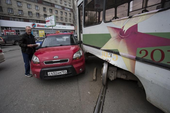 «КИА» врезалась в трамвай на пл. Маркса