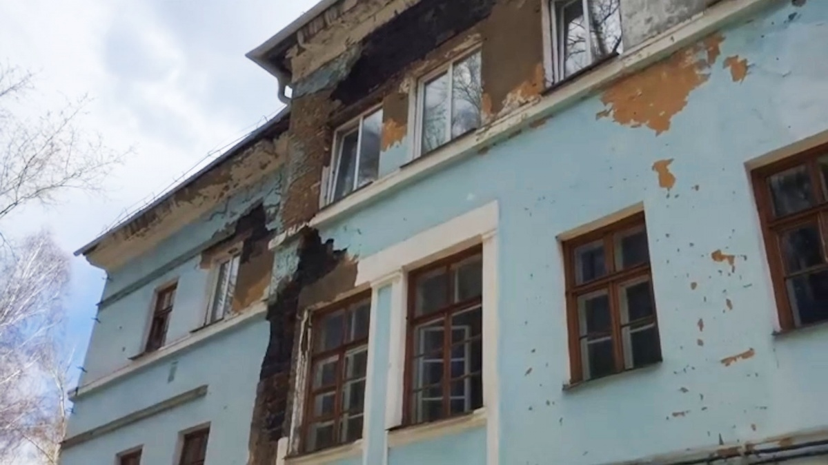 Фасад здания рассыпается — в таком состоянии больница находится уже несколько лет