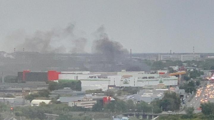 «Выглядит страшно»: столб дыма в районе ТРК «Алмаз» встревожил жителей Челябинска