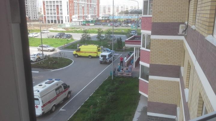 При падении с 13 этажа погиб 26-летний тюменец: новые подробности трагедии в Ямальском-2