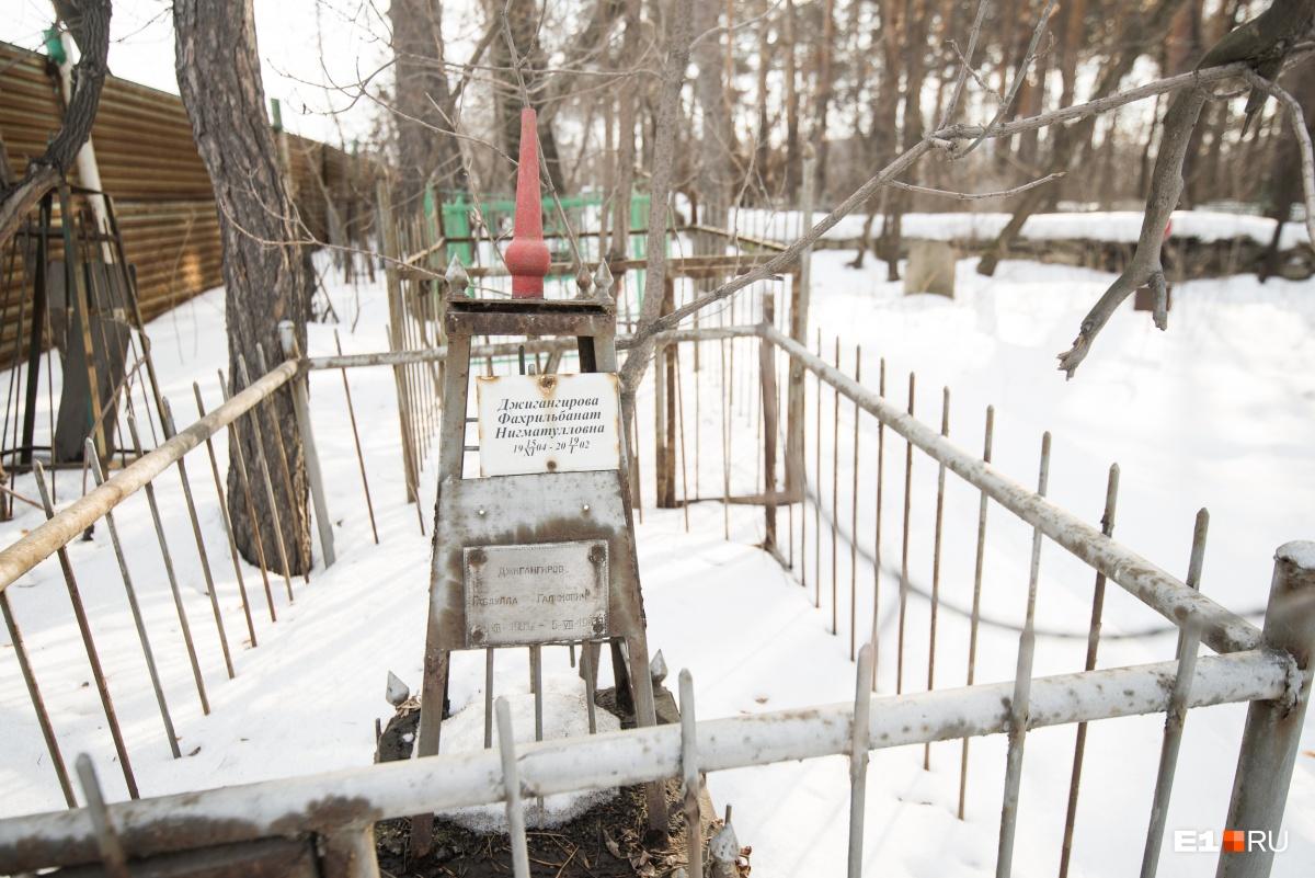 На кладбище нет венков и цветов, поскольку у мусульман это не приветствуется