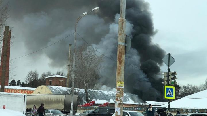 На Сортировке загорелся склад с пластмассой