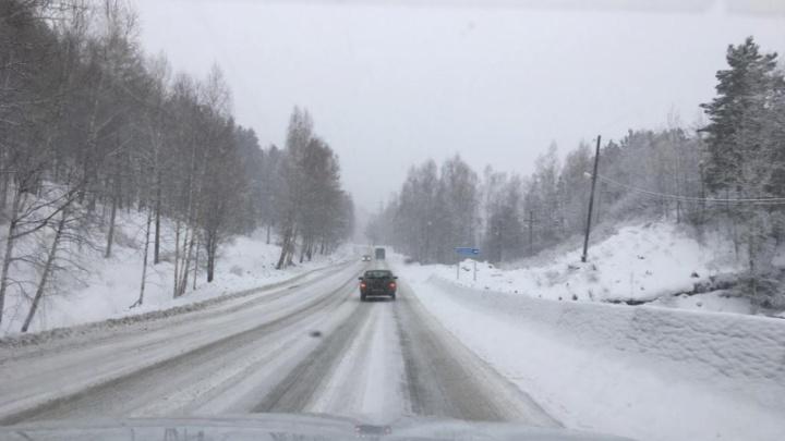 Дороги края заметает снегом и сковывает гололед. Водителей просят быть аккуратнее