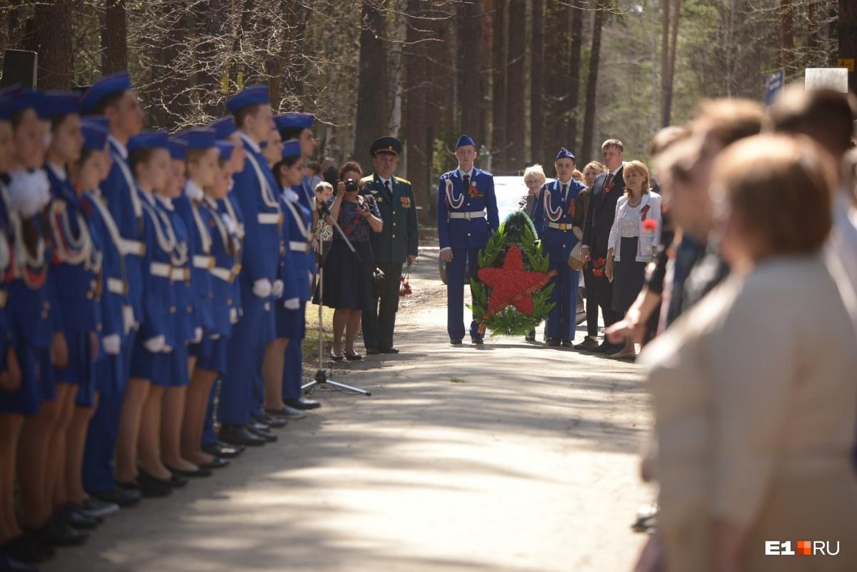 В этот же день на Широкореченском кладбище возложили цветы Могиле Неизвестного Солдата