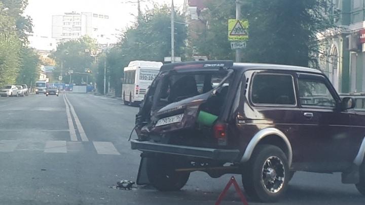 «Машину развернуло от удара»: в историческом центре Самары столкнулись «Газель» и Niva