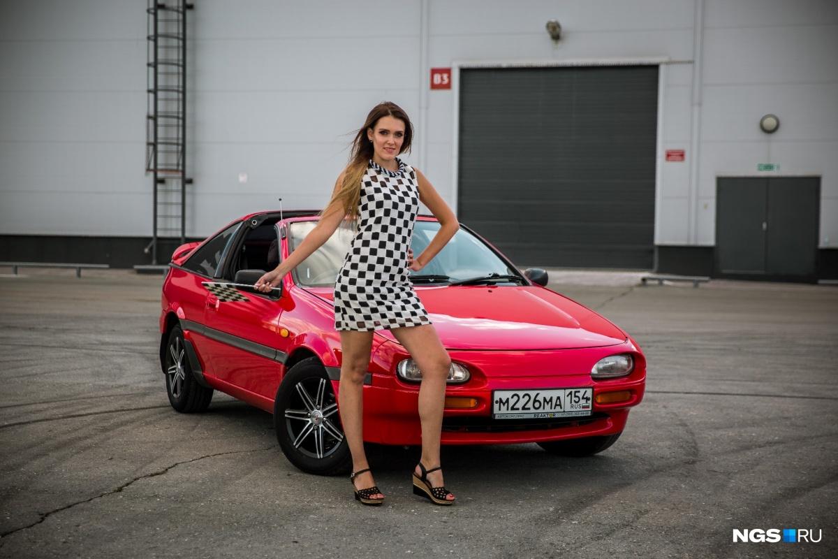 Девушка месяца: Женя и красный кабриолет (фото)