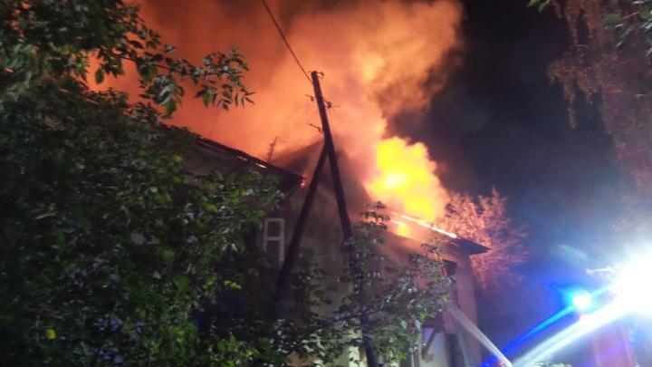 На Вторчермете вторую ночь подряд горел дом, который готовят под снос