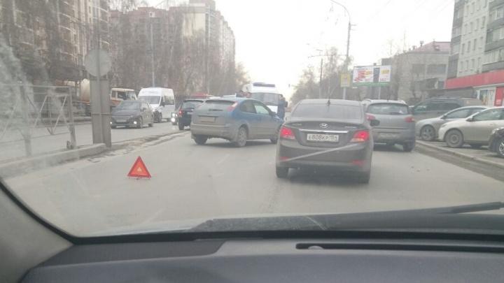 Иномарка сбила женщину недалеко от площади Калинина