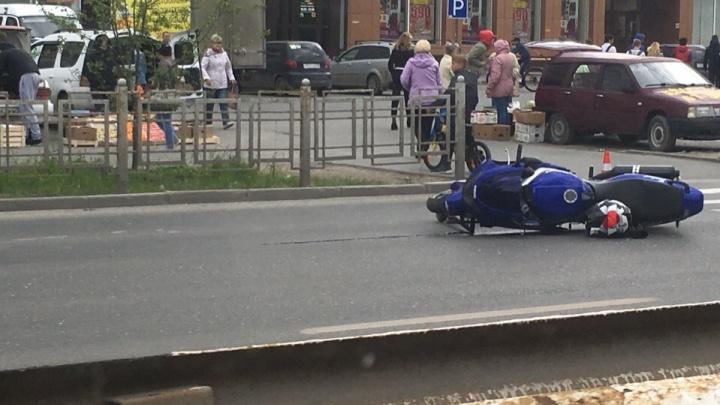 Авторегистратор снял на видео, как байкер сбивает двух тюменок на переходе