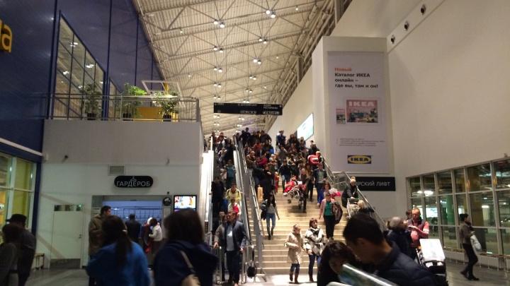 300 человек мерзнут на улице: в уфимском гипермаркете «ИКЕА» сработала пожарная сигнализация