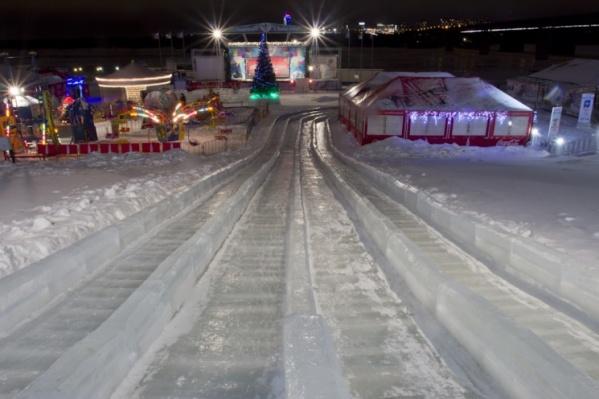 Всего на площади Ленина планируют разместить две ледовые композиции и горку (на фото — ледовый городок на набережной)