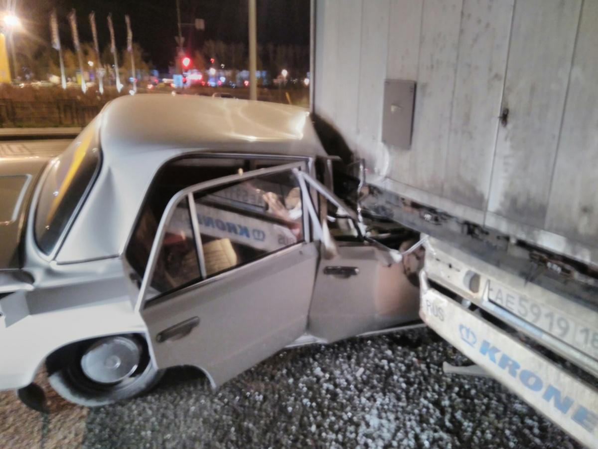 Водитель большегруза говорит, что выставил знак аварийки на дорогу. Эту информацию сейчас проверяют в ГИБДД