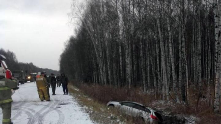 На свердловской трассе полицейские спасли девушку, которая улетела в болото на KIA и начала тонуть