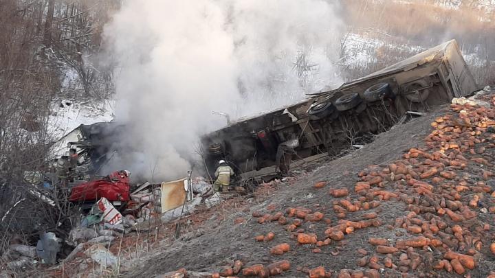 На М-5 в Челябинской области после массового ДТП загорелась фура с морковкой