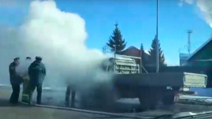 Кабина была вся в дыму: на проезжей части по Мельникайте загорелась «Газель»