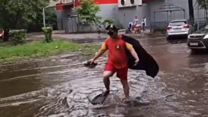 «R — значит реальность»: ярославцы обсуждают видео гуляющего по затопленным дорогам мужчины в ластах